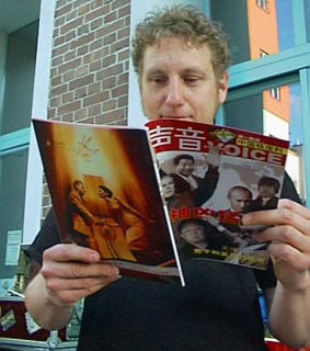 "Kuersche reading the news magazine ""Voice"""